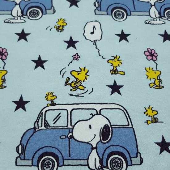 Tela Punto Algodón Orgánico Snoopy Caravana Estrellas - Tela de punto algodón orgánico (GOTS) tipo camiseta con dibujos de licencia de Peanuts, donde aparecen Snoopy y su pajarito Emilio (Woodstock) sobre un fondo de color azul con auto-caravanas y estrel