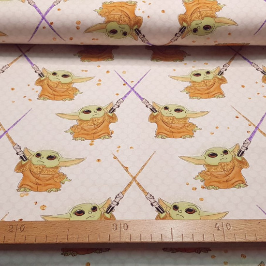 Jersey Mandalorian Baby Yoda Light Saber Light fabric - Cotton jersey fabric with drawings of the character Baby Yoda from the Star Wars The Mandalorian series, with lightsabers on a light background. The fabric is 155cm wide and its composition is 95% co