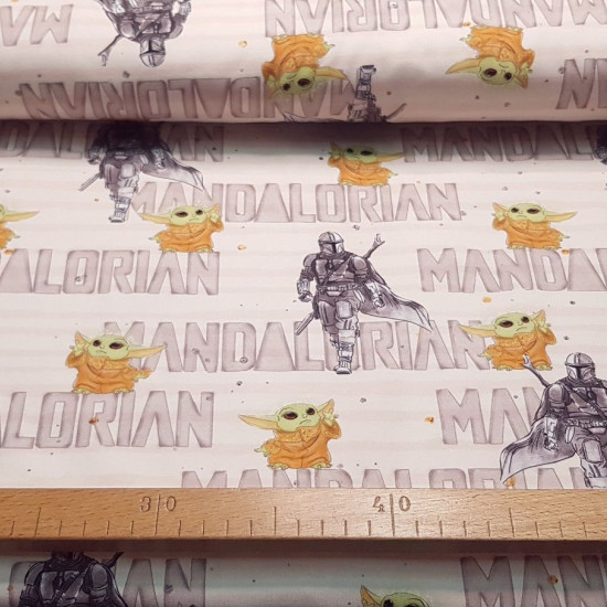 Jersey Mandalorian Letters Baby Yoda Light fabric - Cotton jerseywith drawings of the Mandalorian and Baby Yoda characters on a light background with letters from the Mandalorian, the Star Wars series. The fabric is 155cm wide and its composition is 95%