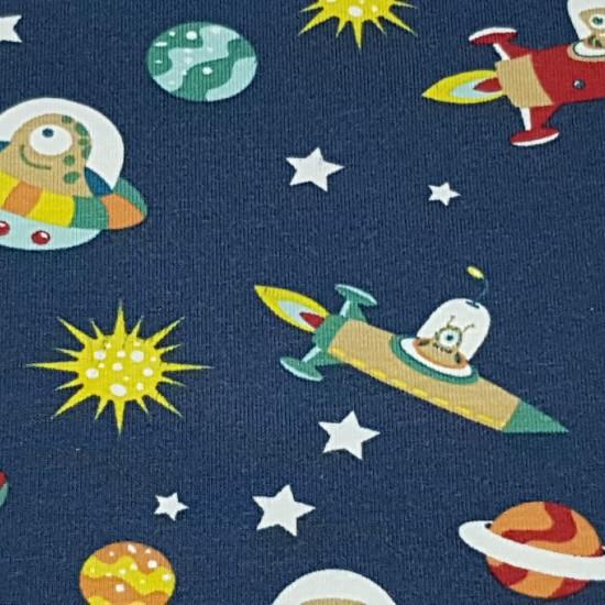 Tela Punto Algodón Marcianos Naves Espaciales - Tela de punto de algodón infantil muy divertida con dibujos de temática espacial. En la tela se pueden observar diferentes tipo de extraterrestres o marcianos en sus naves espaciales, así como planetas y est