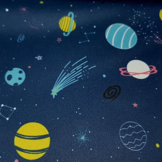 Tela Pul Universo Planetas - Tela de Pul impermeable y transpirable a la vez con dibujos representando eluniverso, con los planetas, constelaciones, estrellas, lunas... todo ellosobre un fondo azul oscuro. La tela de pul estampada tiene certificad