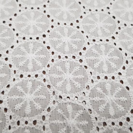 Tela Batista Bordada Perforada Algodón Motivos Círculos Florales - Tela fina de batista bordada y perforada color blanca de algodón con motivos de círculos florales. La tela mide entre 130-135cm de ancho y su composición 100% algodón. NOTA: La foto está t