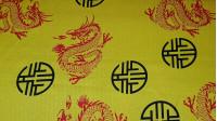 Tela Disfraz - Tejido de raso, brillante por una cara y con bastante caída. Estampado con dragones y motivos orientales sobre fondo amarillo.