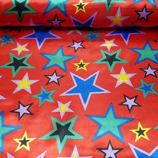Tela Raso Estrellas Colores - Tela de raso con dibujos de estrellas de varios tamaños y colores sobre un fondo rojo. Una tela ideal para disfraces llamativos para carnaval y otras fiestas. La tela mide 150cm de ancho y su composición 100% poliest