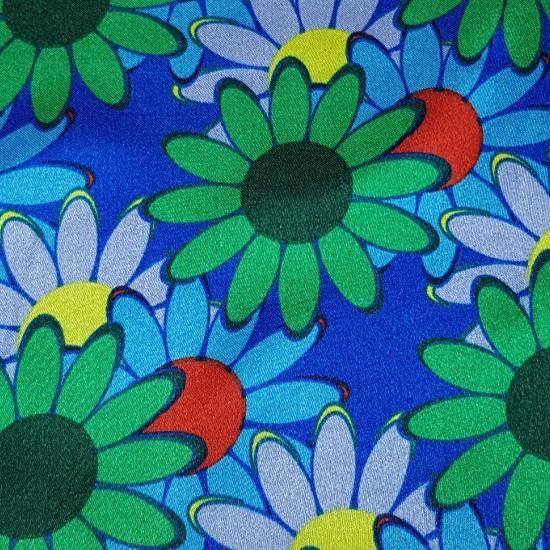 Tela Raso Flores Margaritas - Original tela de raso estampado, brillante y con caída, con dibujos de margaritas donde predominan los con colores verdes yazules, sobre un fondo azul eléctrico. Esta tela puede ser usada, por ejemplo, para disfraces de