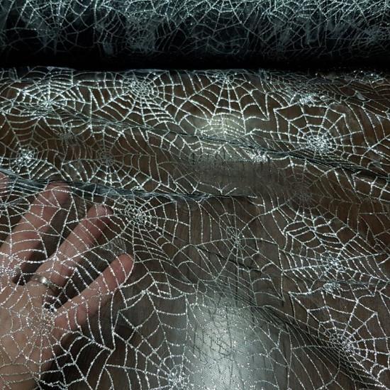 Tela Organza Telarañas Purpurina Plata - Tela de organza/gasa semitransparente de color negro con dibujos de telarañas hechas con purpurina de color plata. En ellas también se puede observar las arañas colgadas de las telarañas. La tela mide 145cm de anch