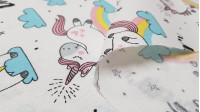 """Tela Loneta Unicornios Dream - Tela de loneta decorativa con dibujos infantiles de unicornios y arcoiris, nubes y estrellas, sobre un fondo blanco con palabras """"Dream"""" La tela mide 280cm de ancho y su composición 50% algodón –50% poliester."""