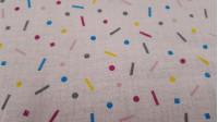 Tela Doble Gasa Confeti - Tela de doble gasa / muselina de algodón con dibujos de confeti de colores, muy usado en puericultura y confección de prendas ligeras. La tela mide 135cm de ancho y su composición 100% algodón.