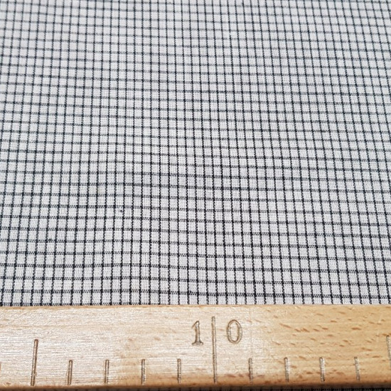 Tela OUTLET Cuadrados - Tela de un tejido fino similar a un popelíncon dibujos de rayas negras formando cuadros en fondo blanco. La tela mide 80cm de ancho y su composición es mezcla algodón y poliester. Tela Barata Outlet Liquidación