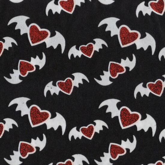 Tela Muricelagos Corazones Rojos - Tela fina brillante ideal para disfraz de Halloween con dibujos de murcielagos con forma de corazones rojos brillantes sobre fondo negro. La tela mide 150cm de ancho y su composición 100% poliester Tela Outlet Ba
