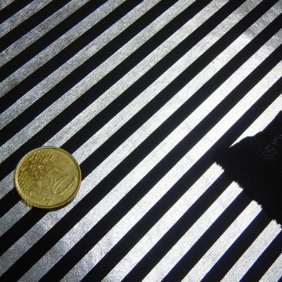 Tela OUTLET Lame Foil Rayas - Tejido laminado finoy muy brillante. Destaca la caída del tejido y su brillo, que lo hacen muy llamativo en cualquier disfraz. Este tejido hace dibujo de rayas plateadas sobre un fondo negro. La tela mide 110cm de a