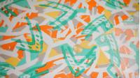 Tela Dibujo 1 - Tejido de Viscosilla estampada con dibujos de trazos en colores alegres, como verde, naranja, gris, amarillo... La composición de la tela es 100% fibrana y el ancho es sencillo (entre 70-90cm)