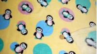 Tela Polar Coralina Pinguïnos - Tejido polar infantil tipo coralina con dibujos de pinguïnos con bufandas de colores sobre fondo amarillo y topos de colores. La tela mide 150cm de ancho y la composición es 100% poliester.