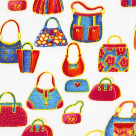 Tela Algodón Bolsos Compra - Tela de algodón que incluye dibujos de bolsos de compra de colores sobre fondo blanco. Un tejido muy original para confeccionar un bolso o cualquier otra aplicación, incluido el patchwork.
